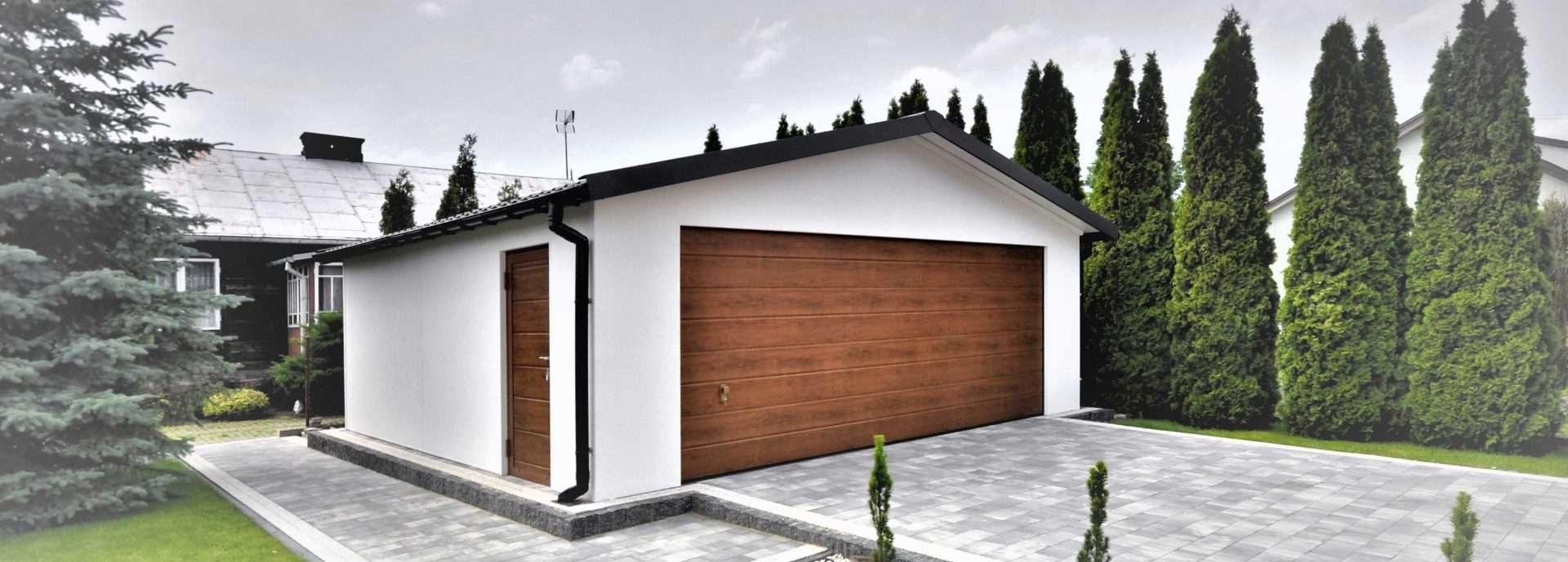 Garaż wolnostojący tynkowany na biało dwuspadowy dach
